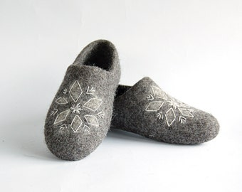 Felt slippers gray with star emboidery - eco clogs - house shoes - women slippers - wool slippers - handmade shoes