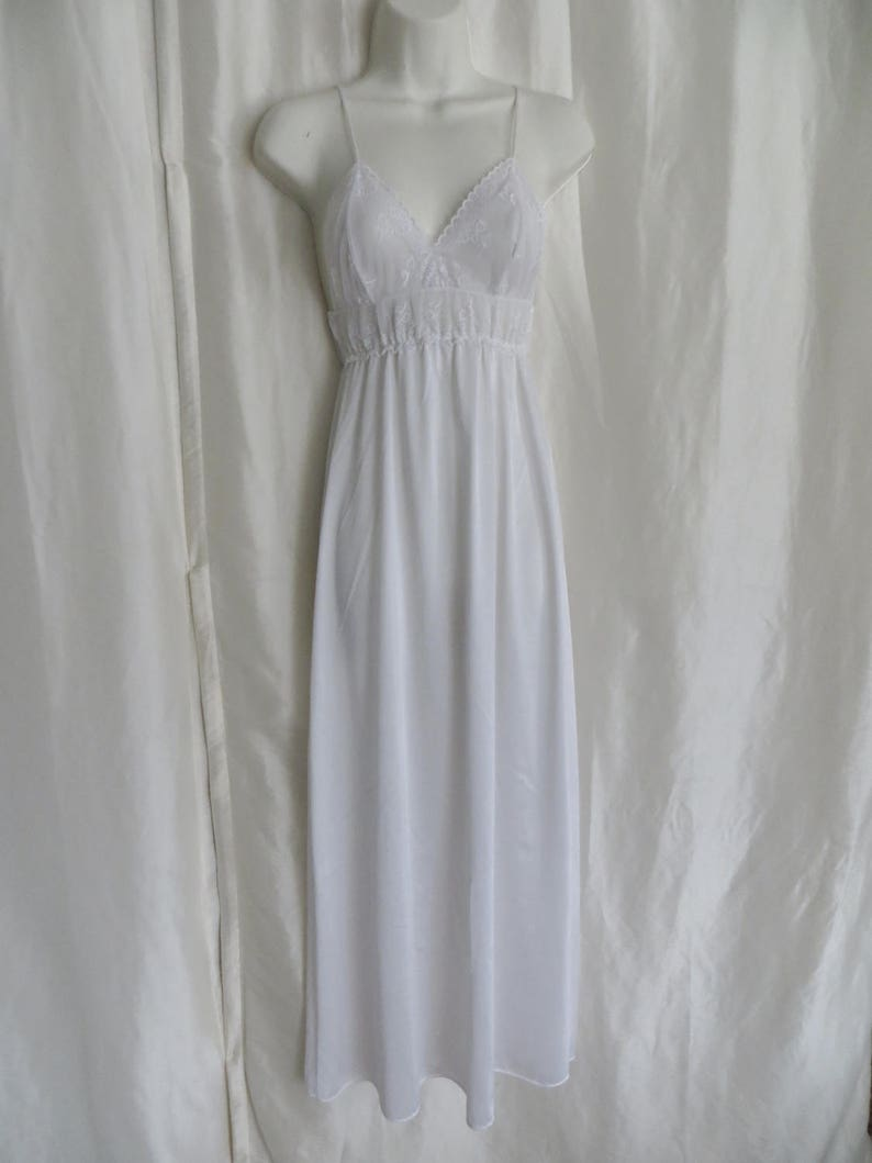 negligee size M L white lace bridal honeymoon nightgown set Mothers Day gift wedding shower Vintage womens lingerie 70s pegnoir set