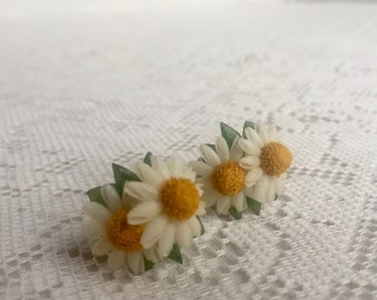 Vintage Yellow and White Daisy Screw Back Earrings / Flower Shaped Vintage Jewelry / Gift for Her