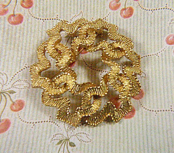 Vintage Gold TRIFARI Flower Brooch - BR-560 - Gold