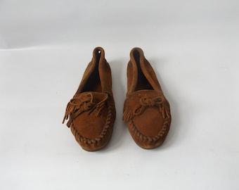 minnetonka suede moccasin shoes ladies size 9.5 vintage 90s slip on brown leather fringed shoe hippie boho flats 1990s fringe mocs hippy