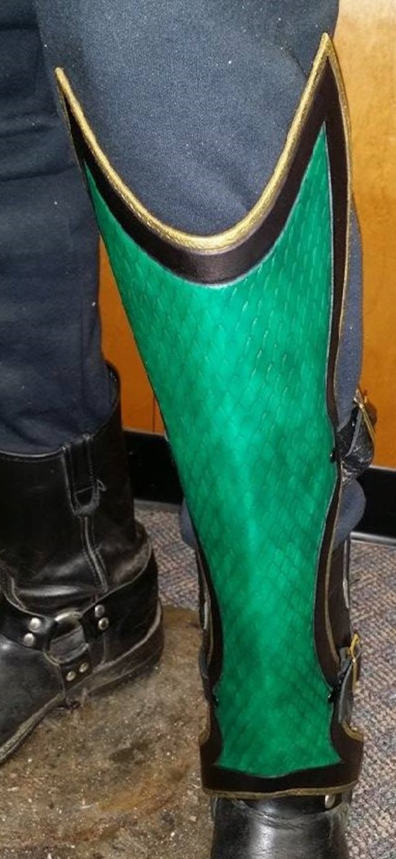 Leather Armor Dragon Scale Greaves image 0