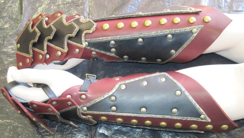Leather Armor Ornate Gauntlets image 0