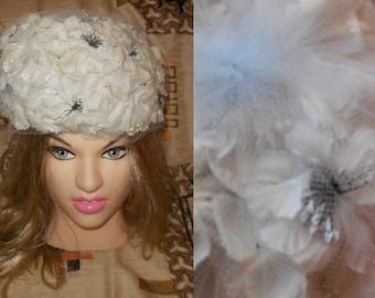 Vintage 1950s Hat White Silk Floral Church Hat Small Pearls Fine Light Blue Net USA Rockabilly Wedding Bridal Blumenhut Hochzeit 21.5 in.