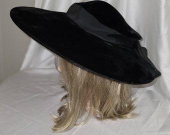Vintage 1940s Hat Large Round Black Velvet Picture Pancake Hat Bow at Back Film Noir Old Hollywood Glamor Rockabilly 20.5 in.