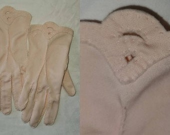 Vintage Pink Gloves 1950s Light Pink Nylon Fabric Wrist Gloves Scalloped Tops Rockabilly 6 1/2