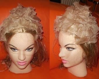 Vintage 1950s Hat Pink Beige Silk Floral Petal Half Hat with Veil Clover Lane USA Rockabilly Spangenhut Blumenhut Hochzeit