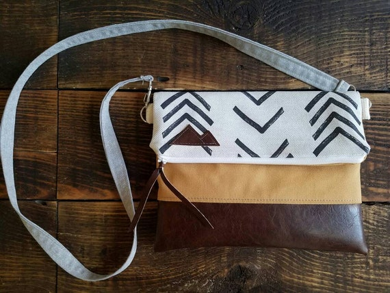 Crossbody/Mudcloth linen print/Mountain Patch/Foldover Crossbody/Dark brown vegan leather details/White zipper/Yellow canvas reverse