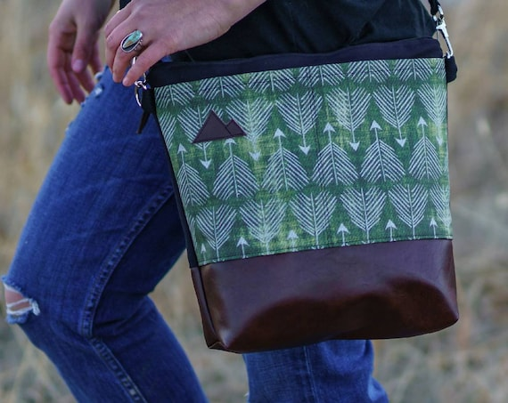 Large crossbody/Green feathered arrows print=2 front pockets/Black canvas back/Black zipper/Black adjustable nylon strap/MT or Mountain