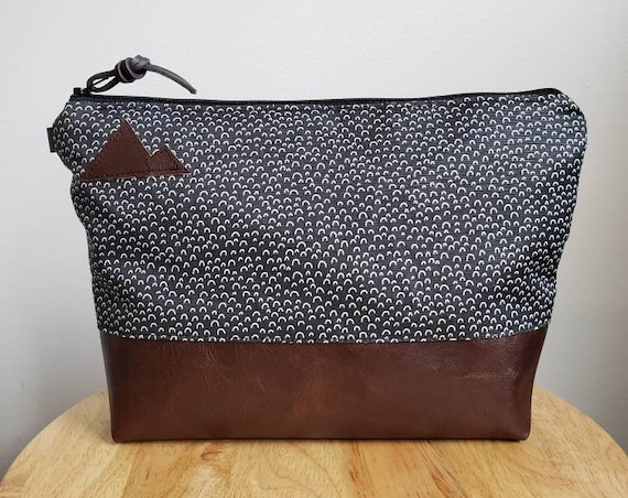 Travel bag/Hillside print in onyx and white front and back/Flat bottom/Black zipper/Montana or mountain patch