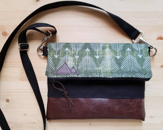 Foldover crossbody/Green feathered arrows print/Black zipper/Black canvas reverse/Black nylon adjustable strap/Mountain or Montana patch