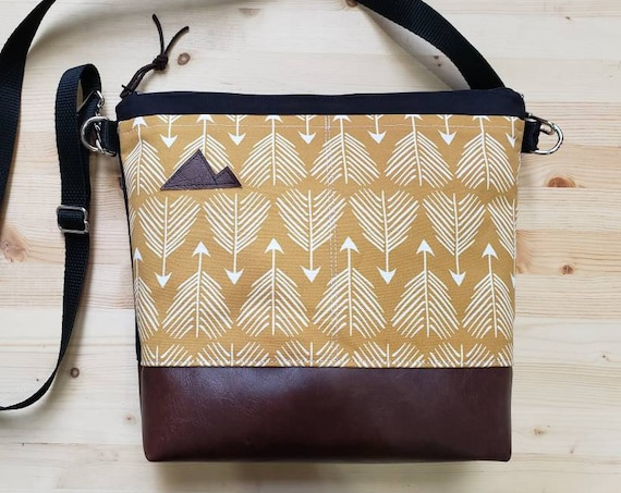Large crossbody/Yellow feathered arrows print=2 front pockets/Black canvas back/Black zipper/Black adjustable nylon strap/MT or Mountain