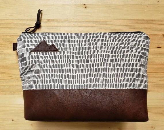 Travel bag/Dashing gray & white print front and back/Flat bottom/Black zipper/Montana or mountain patch
