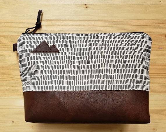 Travel bag/Dashing gray & white print front and back/Flat bottom/Black zipper/Montana or mountain patch