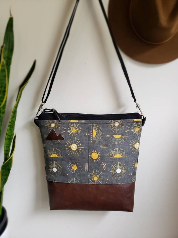 Large crossbody/Shine print in charcoal=2 front pockets/Black canvas/Black zipper/Black adjustable nylon strap/MT or Mountain patch