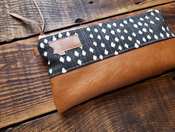 Wally clutch/Black & white dots print /White zipper/Vegan leather details/Gray canvas back/Choose Montana or Mountain patch/ Montana bags