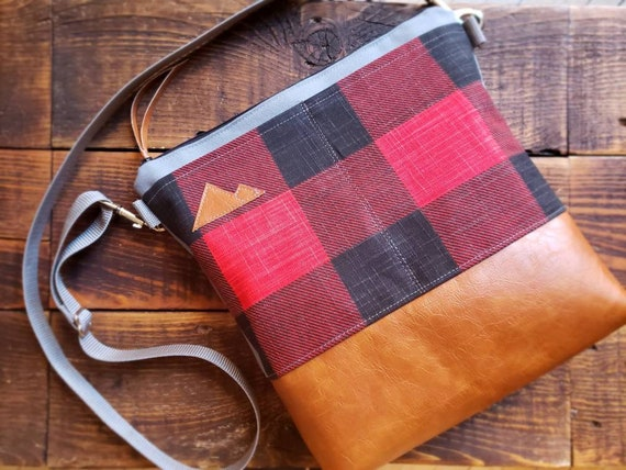 Large crossbody/Buffalo check canvas red&black/2 front pockets/Vegan leather/Gray canvas back/Black zipper/Adjustable gray nylon strap