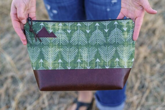 Travel bag/Green feathered arrows print front and back/Flat bottom/Black zipper/Montana or mountain patch