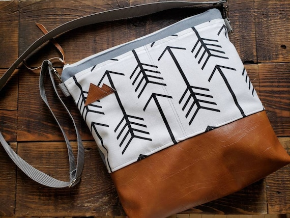 Large crossbody/White with black arrows print/2 front pockets/Vegan leather/Gray canvas back/White zipper/Adjustable gray nylon strap