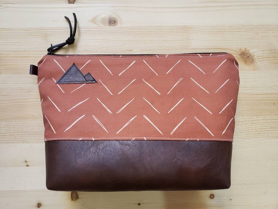 Travel bag/Chevron in rust and white * print front and back/Flat bottom/Black zipper/Montana or mountain patch