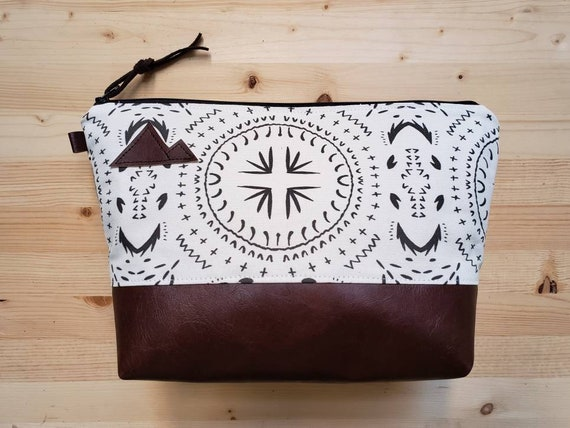 Travel bag/Ivory & black bohemian print front and back/Flat bottom/Black zipper/Montana or mountain patch