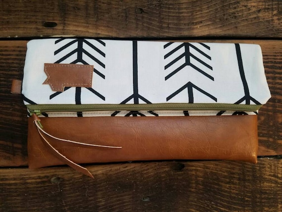 Foldover Montana Clutch/White with black arrows print/Green zipper/Caramel brown vegan leather details