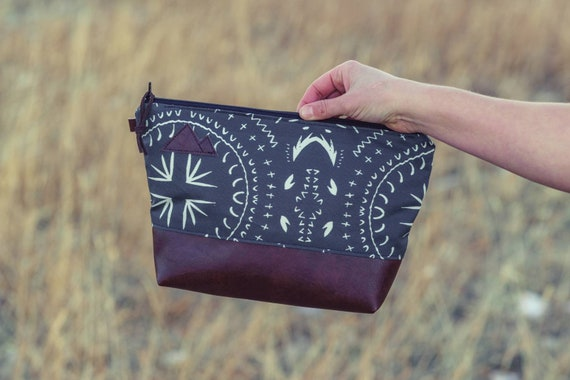 Travel bag/Charcoal gray bohemian print front and back/Flat bottom/Black zipper/Montana or mountain patch