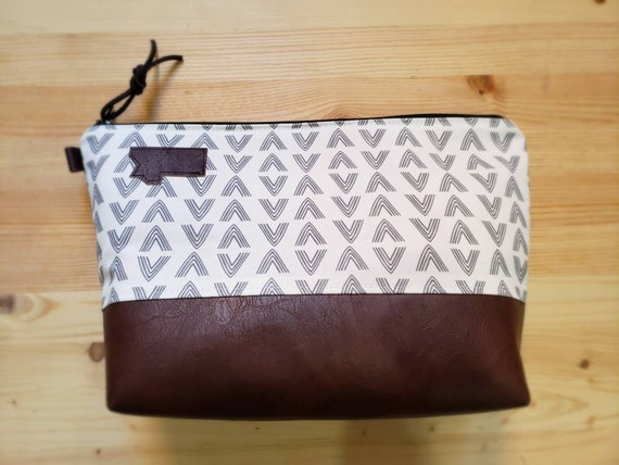 Travel bag/White & gray flock print front and back/Flat bottom/Black zipper/Montana or mountain patch