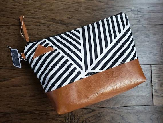 Large canvas Travel bag/White & black angles print/Montana or Mountain patch/Flat bottom/Vegan leather details/Black zipper