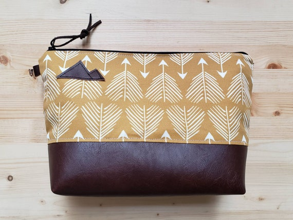 Travel bag/Yellow feathered arrows print front and back/Flat bottom/Black zipper/Montana or mountain patch