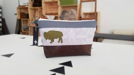 Large travel bag/Gray wanderer print/Green wool felt bison patch/Flat bottom/Dark brown vegan leather details/Gray canvas back and top