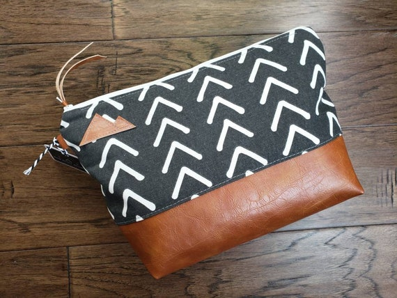Large canvas Travel bag/Graphite gray & white mud cloth print/Montana or Mountain patch/Flat bottom/Vegan leather details/White zipper