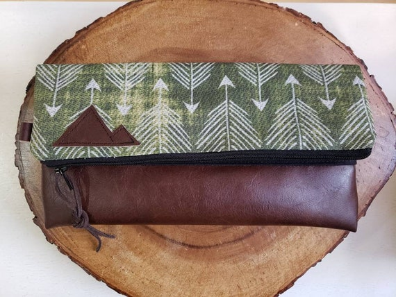Foldover clutch/Green feathered arrows print/Black canvas reverse/Black zipper/Montana or Mountain patch