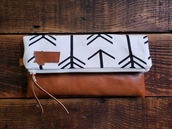 Foldover clutch/White with balck arrows print/Vegan leather details-dark or caramel brown/White zipper/Mountain or Montana patch