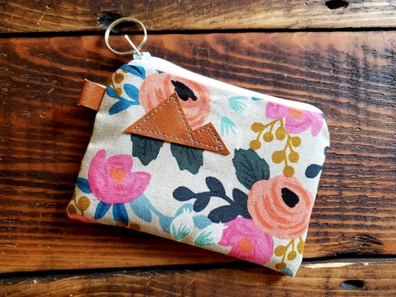 Coin pouch/credit card pouch/Light linen floral print front and back/Natural canvas liner/White zipper/Montana or Mountain patch