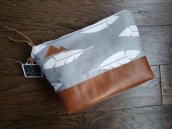 Large canvas Travel bag/Gray & white feathers print/Montana or Mountain patch/Flat bottom/Vegan leather details/White zipper