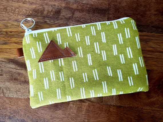 Phone pouch/credit card pouch/Linen lime with white dashes print front and back/Natural canvas liner/White zipper/Montana or Mountain patch