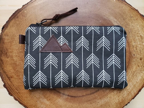 Black feathered arrows print/3 size options/printed front and back/Natural canvas liner/White zipper/Mountain or Montana patch/Vegan leather