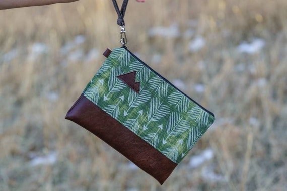 Wrstlet Grab & Go Clutch/Green feathered arrows print front and back/Black zipper/Montana or Mountain patch