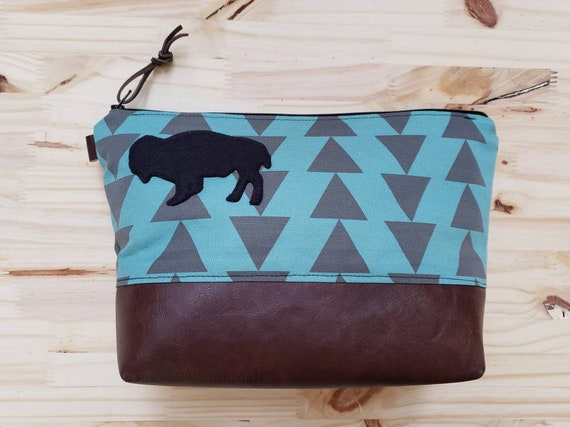 Travel bag/Wool felt bison patch/Teal & charcoal triangles print front and back/Flat bottom/Black zipper/Bison patch available in 4 colors