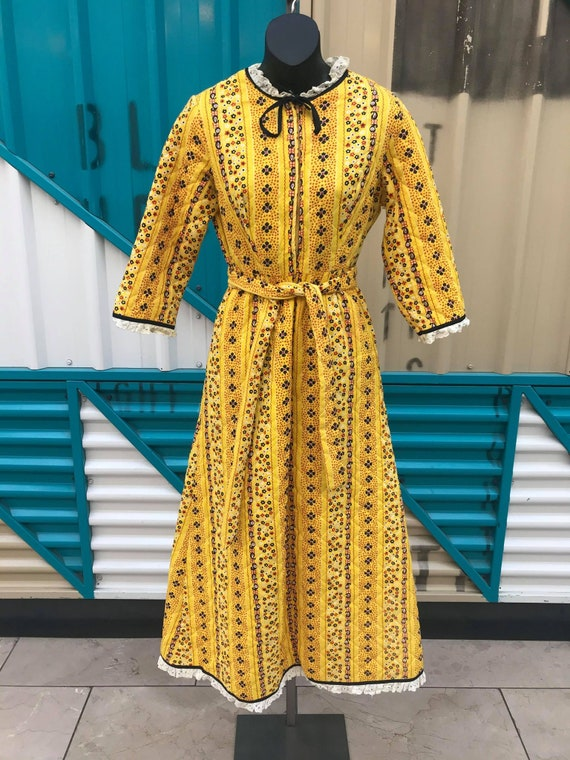 """60s 70s """"Penneys Loungewear"""" Yellow Floral Print Q"""