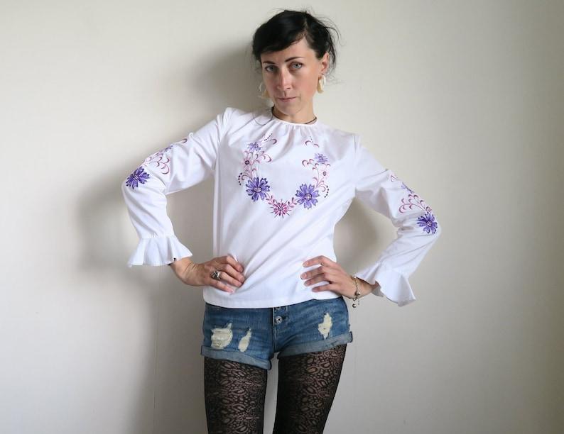 f1cb9cb4ff10 Bestickte Folklore-Bluse lila & lila Blumen auf weiß | Etsy