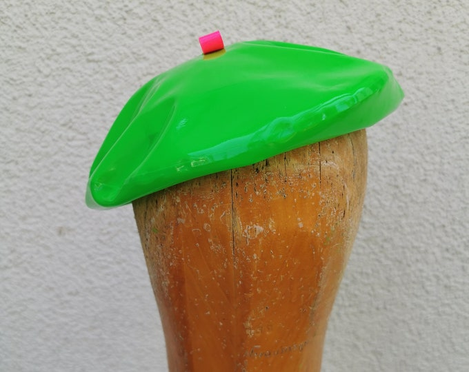 Latex beret 'Neon green