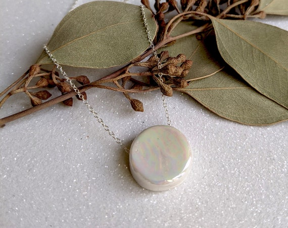 """The """" little round """" iridescent necklace : porcelain enamelled jewelry"""