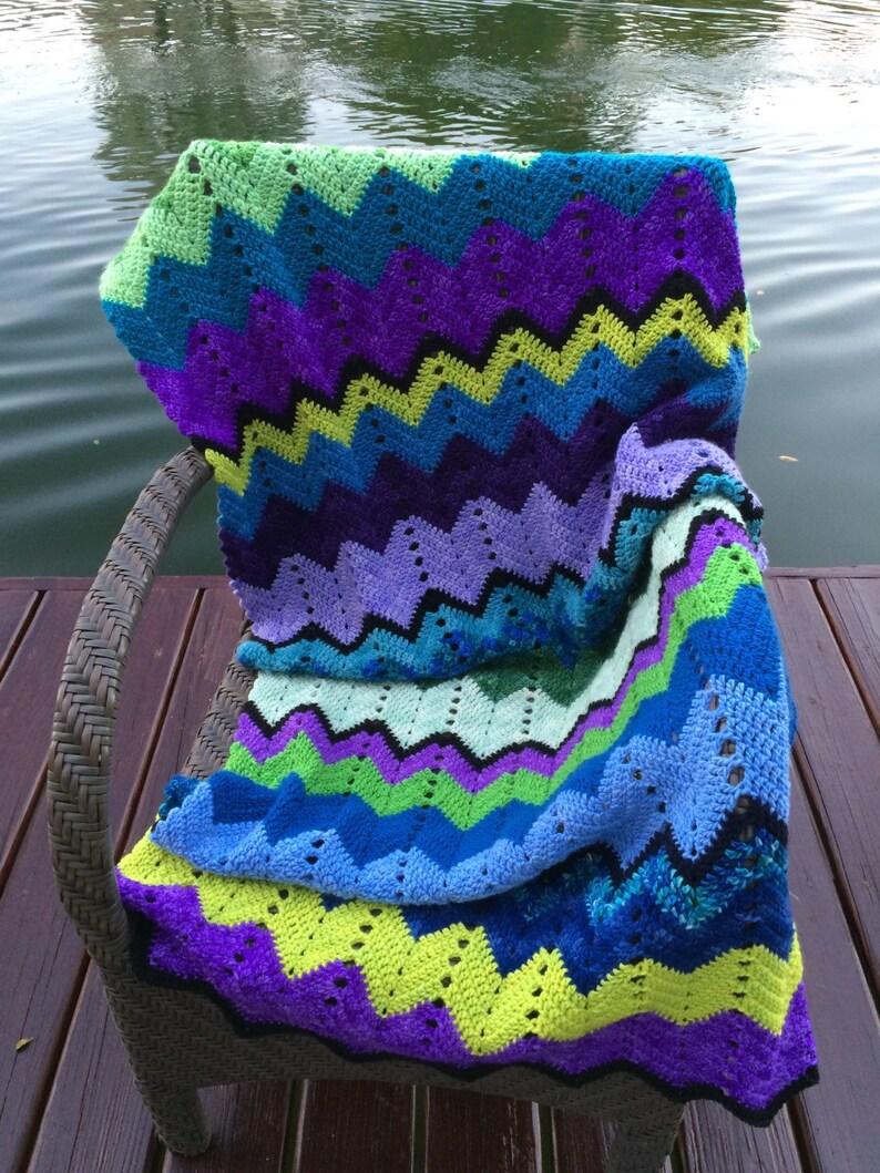 ac1a6afd9d077 Frazada Zig Zag a crochet con lana merino muy suave en azul
