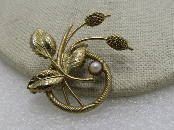 "Vintage  Gold Tone Floral Circle Brooch, 1960's, 1.5"", Faux Pearl, gold ton, cat-o-nine tail"