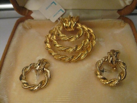 Vintage Gold Tone Lisner signed Twisted Rope Brooch and Dangle Hoop Clip Earrings, New in B ox