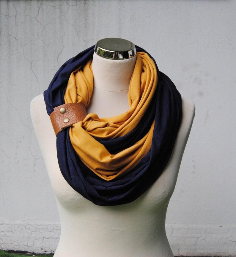 d45f653848 Moutarde et marine foulard écharpe avec un infini bleu foncé | Etsy