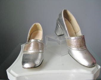 Silver Pumps / Vtg 60s / Closed Toe Mid Heel Sliver Evening pumps / Size 7