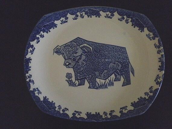 Plat de viande bleu et blanc avec taureau Hereford stylisé